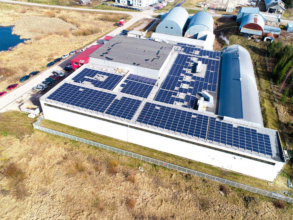 Gražiai sutalptini saulės moduliai ant įmonės stogo