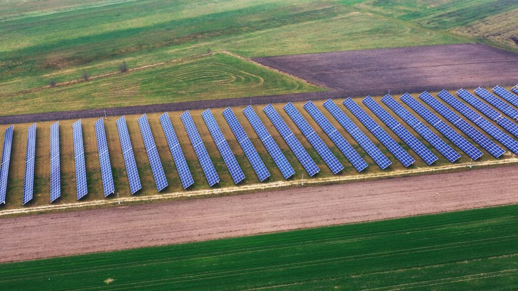 Rzemiechow saulės elektrinės laukuose