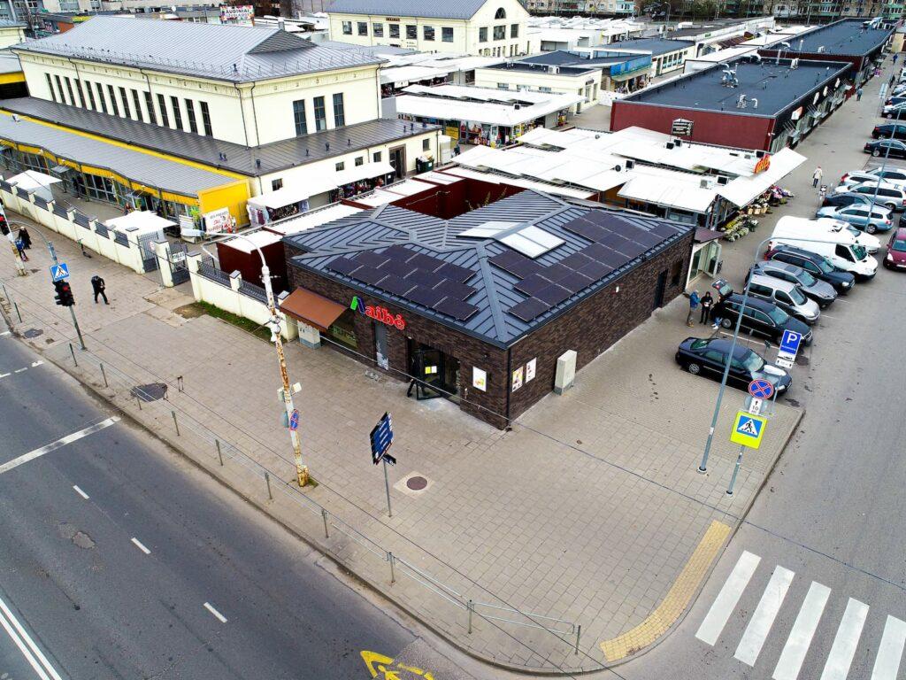 Aibė parduotuvės saulės elektrinės ant stogo