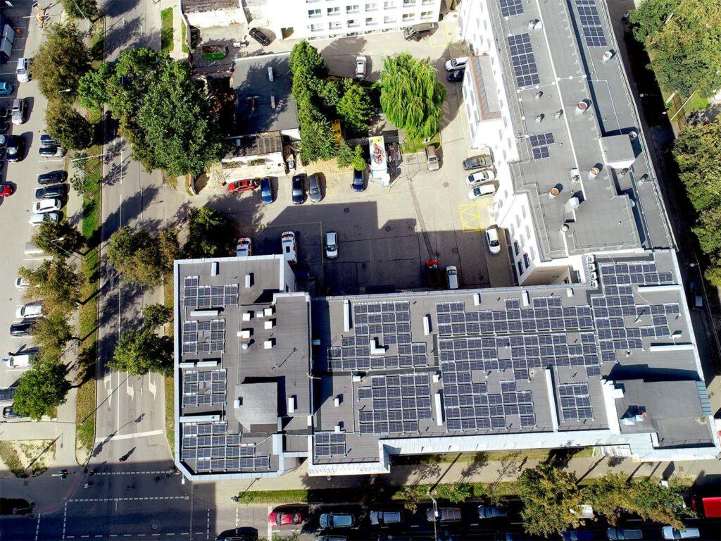 Mykolo Marcinkevičiaus ligoninės stogas su saulės elektrinėmis