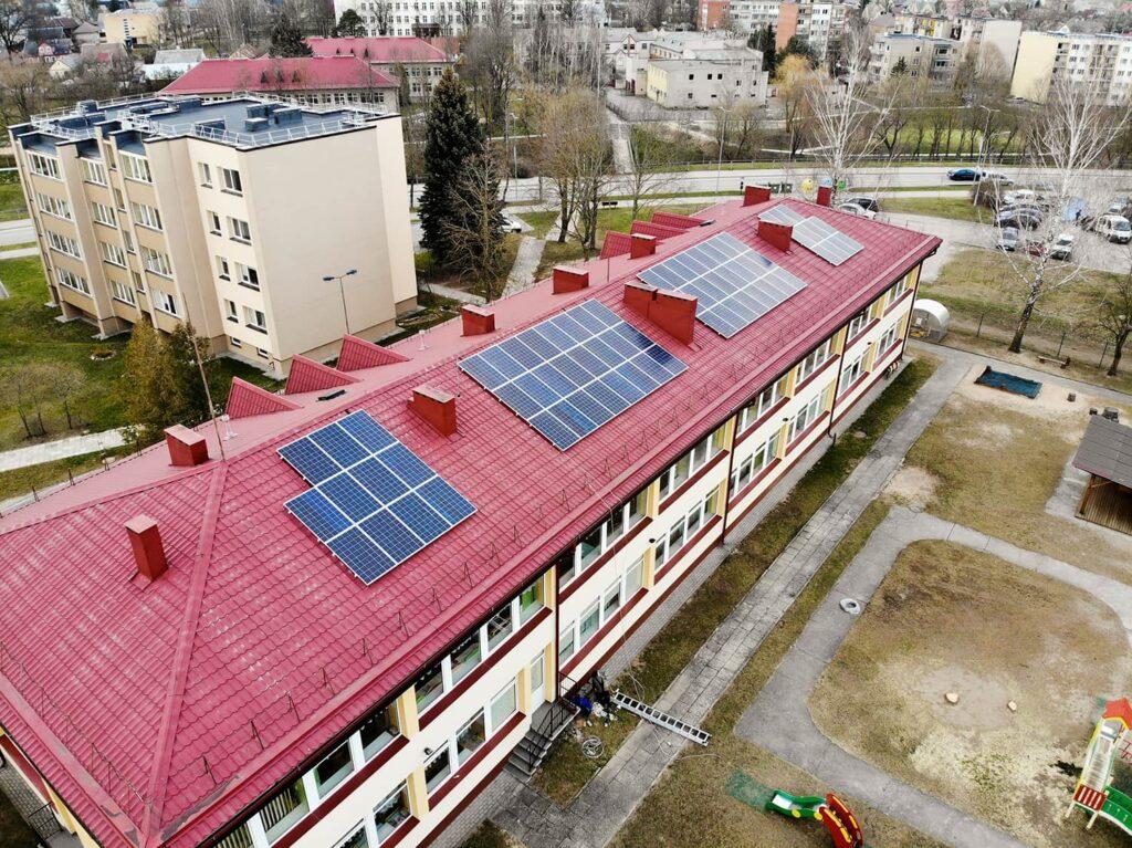 Bisol saulės moduliai naudojami ant darželio stogo