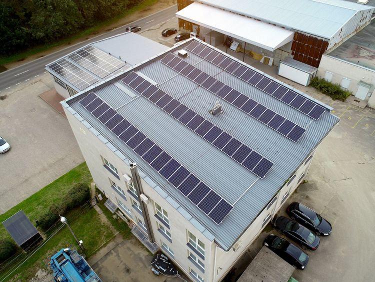 Saulės elektrinių išdėstymas ant nedidelio stogo